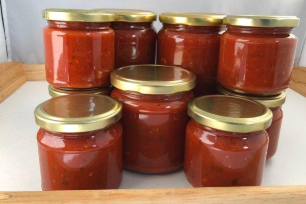 Homemade Tomatensoße in Schraubgläsern