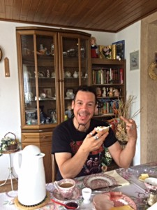 Sander im Wohnzimmer von Oma Eifel