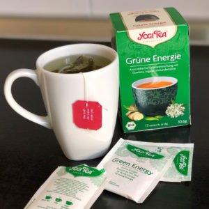 Eine Tasse mit einem Teebeutel von Yogi Tea