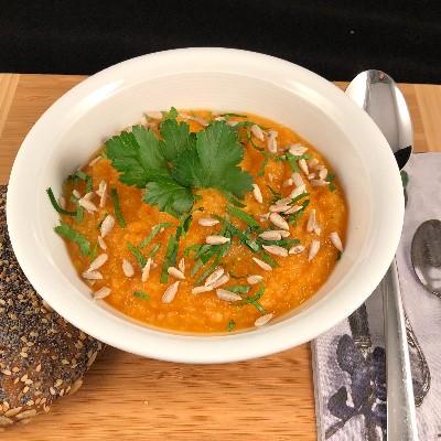 Eine Schale voll Gemüsesuppe ein ballaststoffreiches Nahrungsmittel
